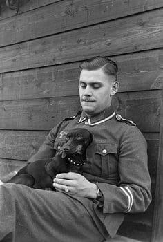 soldado con perro salchicha